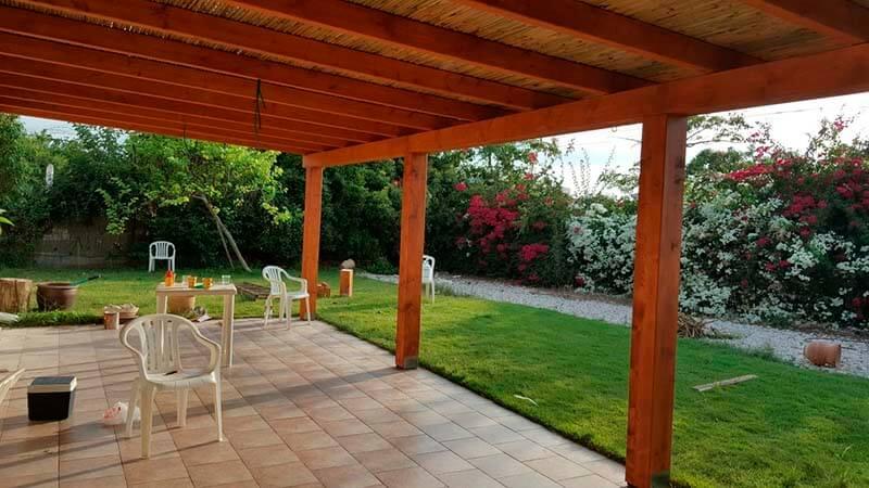בניית פרגולת עץ לגינה, לחצר או במרפסת